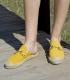 Alpargatas estilo babuchas con suela plana de esparto para mujer en color amarillo mostaza con adorno Gucci cromado oro