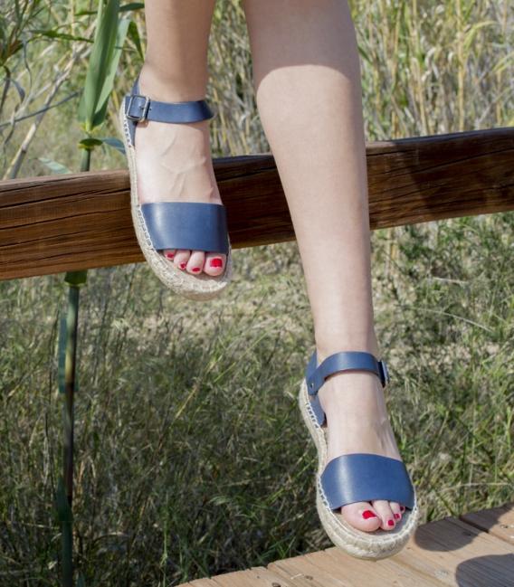 Sandalias de cuero con suela de plataforma doble de esparto con hebilla cromada plata para mujer en color azul