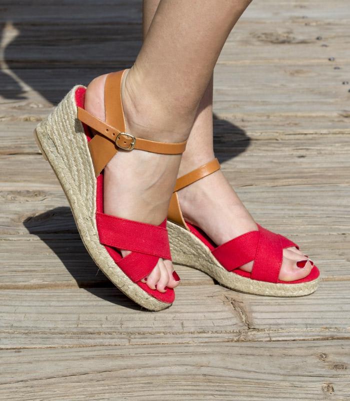 a0d6fd926 Sandalias con tacón de cuña de esparto y hebilla cromada para mujer en  colores rojo y